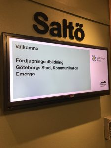 """bild på skärm utanför konferenslokal med texten """"Fördjupningsutbildning Göteborgs Stad, Kommunikation Emerga"""""""
